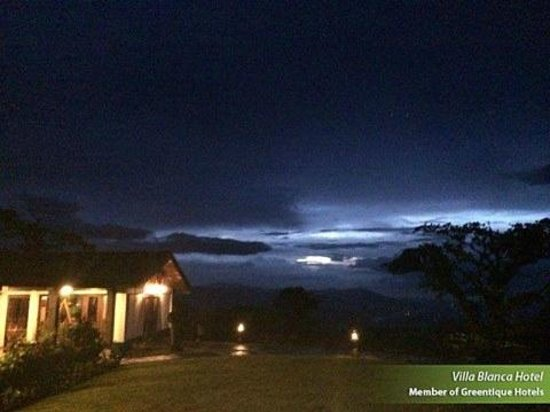 Villa Blanca Cloud Forest Hotel and Nature Reserve: pictures of the beautiful evening