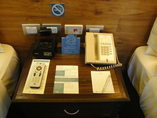 Sonesta Hotel Cusco: Los distintos accesorios utiles sobre la mesa de luz
