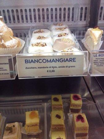 Caffe Sicilia: Dettaglio della vetrina delle torte a fette