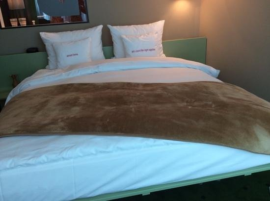 25hours Hotel Zürich West: 房間的雙人床