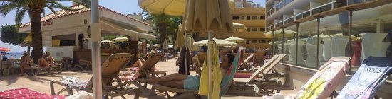 Sol Beach House Mallorca: tumbonas y piscina