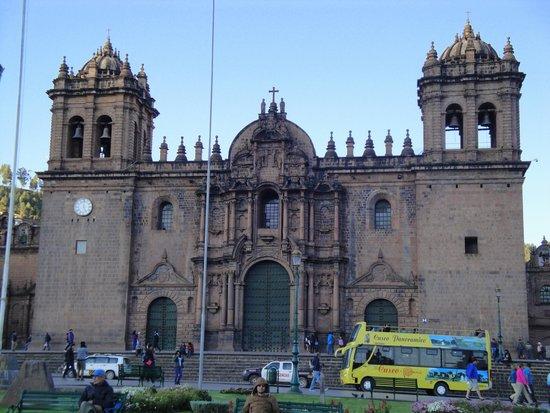 Plaza de Armas (Huacaypata) : La imponencia de la puerta