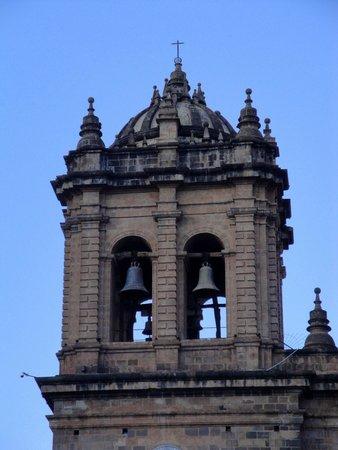 Plaza de Armas (Huacaypata) : La torre y sus campanas