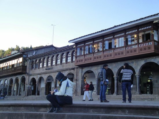 Plaza de Armas (Huacaypata) : Los laterales de la Plaza de Armas