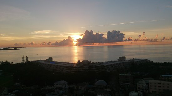 Kanehide Onna Marine View Palace: ベランダからの景色。夕焼けがきれいです。
