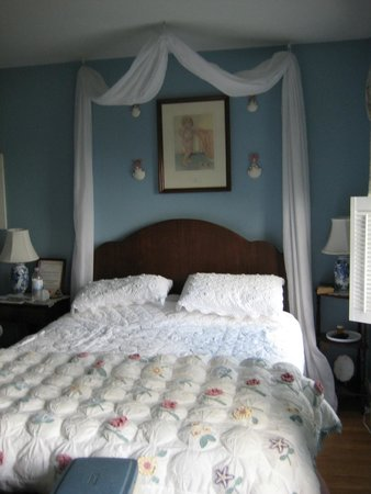 Above the Bay at Thornton Adams Bed and Breakfast: Erin's Suite (Blue room)