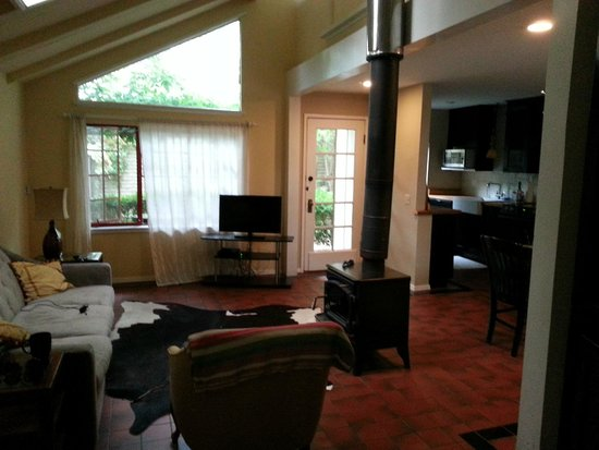 Bungalows 313 : Living Room (kitchen and dinning in background)