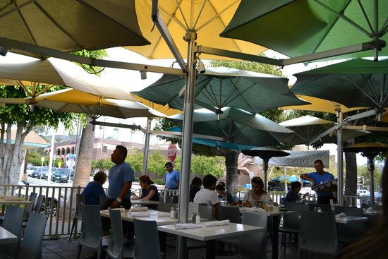The Cottage La Jolla : Varanda com mesas