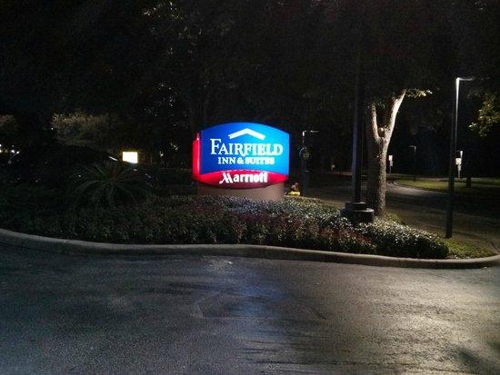 Fairfield Inn & Suites Orlando International Drive/Convention Center: Letreiro da fachada do hotel à noite