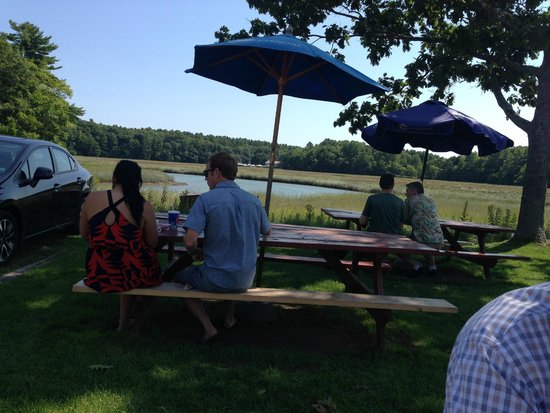 Days Crabmeat and Lobster: Backyard area where you eat at picnic tables
