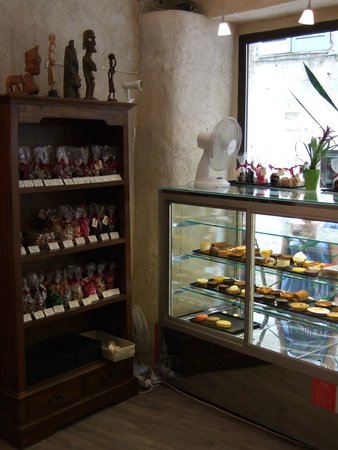 Le Péché Gourmand: Cakes at the window at Le Peche Gourmand