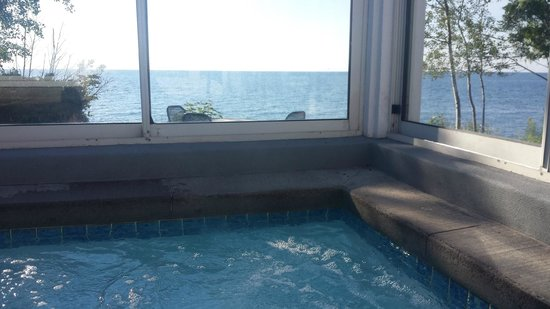 Bluefin Bay on Lake Superior: Outdoor hot tub with a view