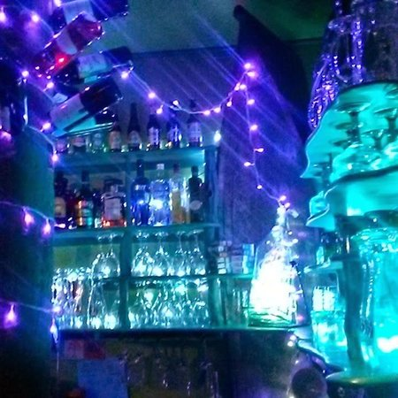 Jungle Cafe Utila Honduras : Fun lights behind the bar