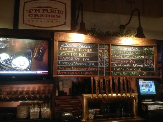 Three Creeks Brewing: Bar at Three Creeks Brewery