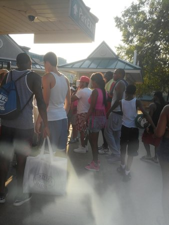 Dorney Park & Wildwater Kingdom: Thieves(1 in pink shirt,guy in gray sweats) leaving park because security did nothing!