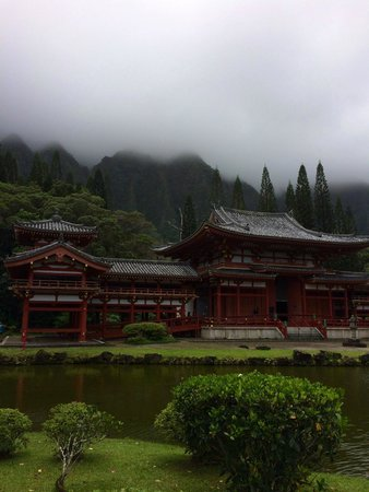 Byodo-In Temple: misty mountain view