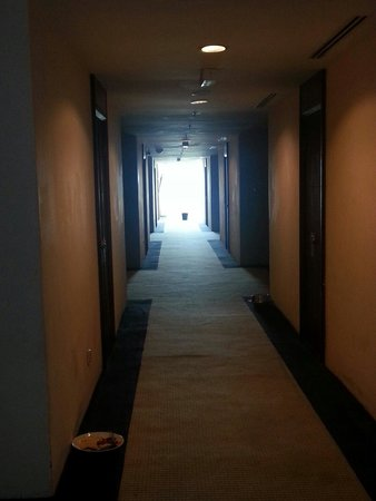 Hotel Helang Langkawi: Assiettes qui trainent toute la soirée. ... nuit....matinée pas agréable du tout
