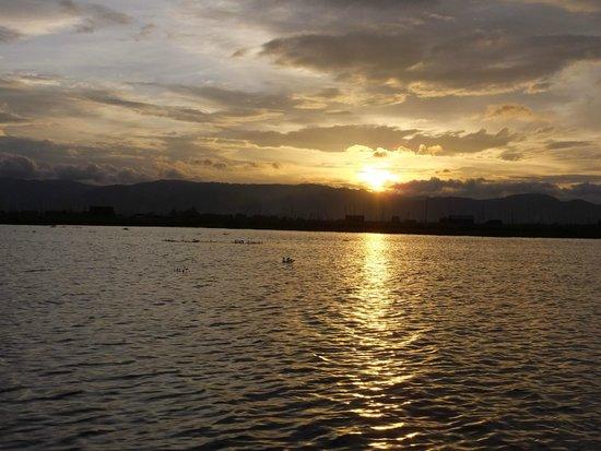 Inle Lake: 船上からの夕陽