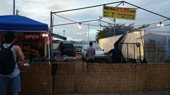 Chamorro Village: 炭火でBBQを焼いてます