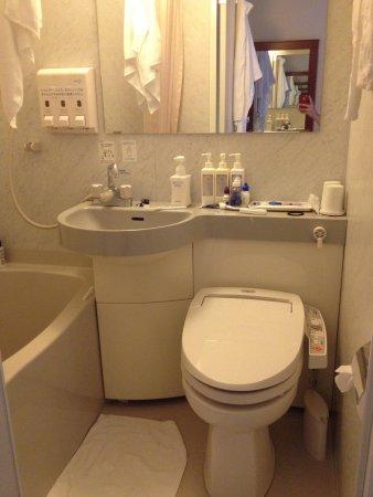 Sotetsu Fresa Inn Nihombashi-Kayabacho: Small bathroom, I had to turn sideways to wash my hair or my elbow would hit the wall!
