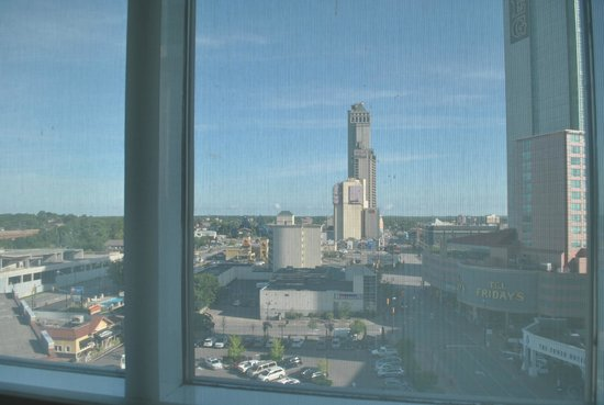 Radisson Hotel & Suites Fallsview: City View from on side of the room