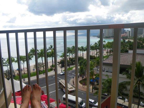 Aston Waikiki Beach Hotel: ベランダからの眺め(ベランダは少し狭いかな)