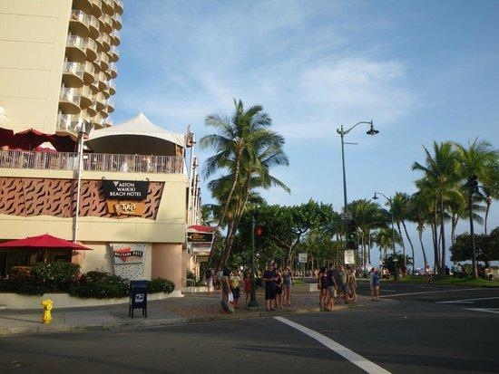 Aston Waikiki Beach Hotel : 外から撮った写真(目の前がビーチ)