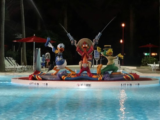 Disney's All-Star Music Resort: Personagens no meio da piscina