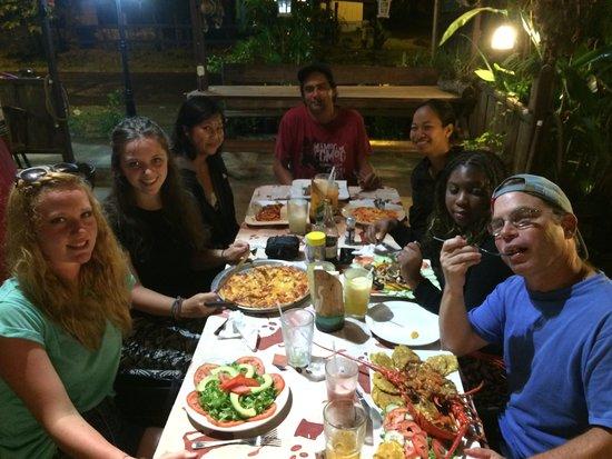 Sabor Latino Bistro Restaurant: Chicos disfrutando