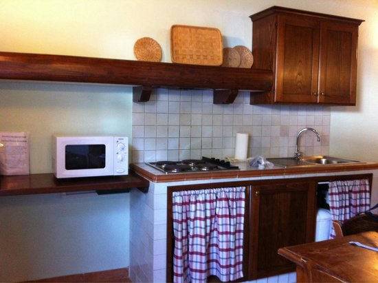Residence La Ferriera: Kitchen, mini fridge on bottom between curtains