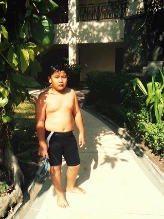Novotel Surabaya Hotel and Suites: Anak kami sedang menuju kolam renang Novotel Surabaya