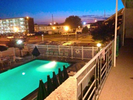 Eden Roc Motel: Poolside view