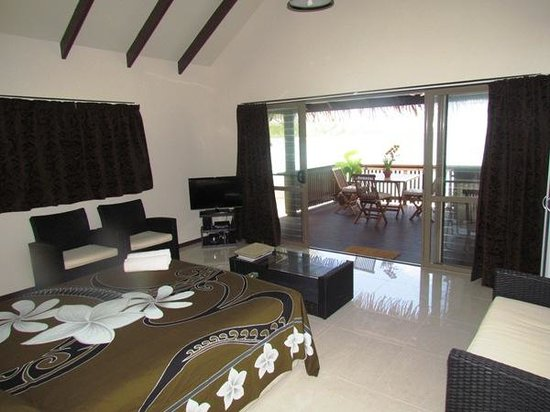 Muri Shores: Interior with view of lagoon