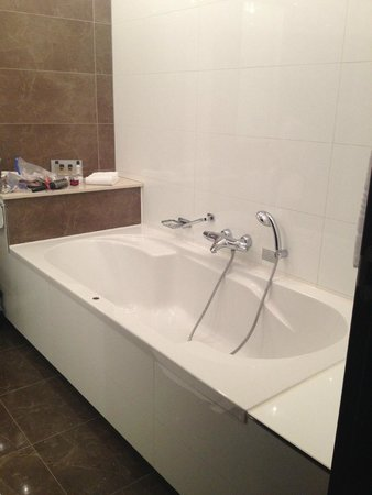 Van der Valk Hotel Den Haag-Nootdorp : Bath tub - it's huge