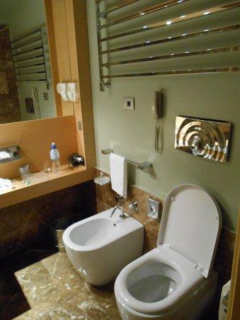 UNA Hotel Napoli: トイレ