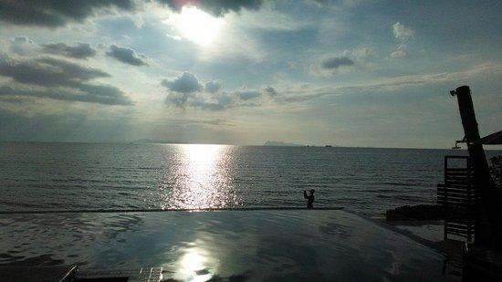 Lipa Bay Resort : The beach before sunset