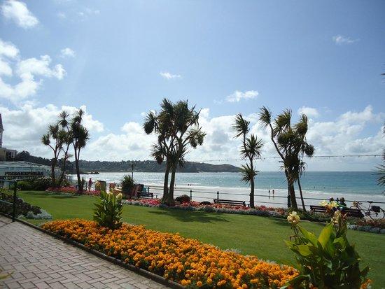 St. Brelade's Bay Beach: Beautiful seafront gardens