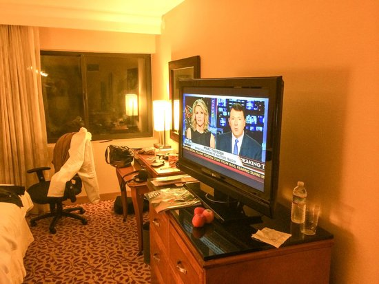 Anaheim Marriott Suites: Tv and Desk