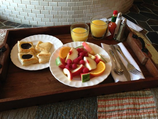 The Collins Inn and Seaside Cottages: breakfast