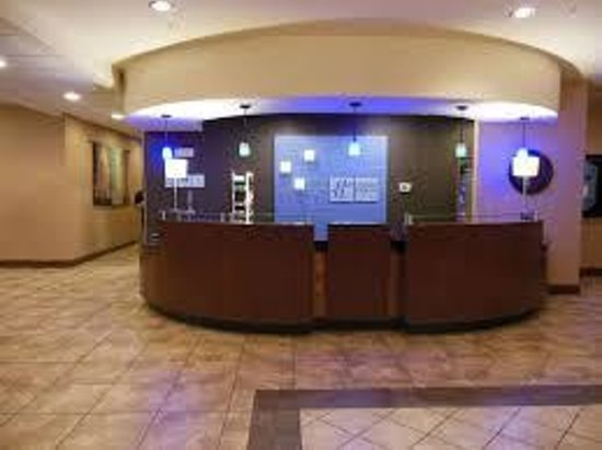 Holiday Inn Express Hotel & Suites Pueblo North: Front Desk