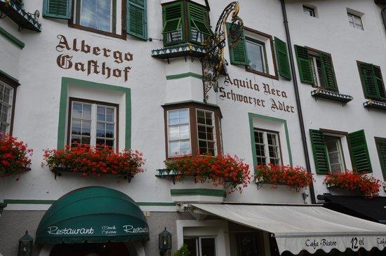 Hotel Schwarzer Adler: La facciata sulla piazza