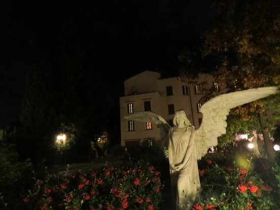 Hotel Villa Gabriele D'Annunzio : Ángel en los jardines