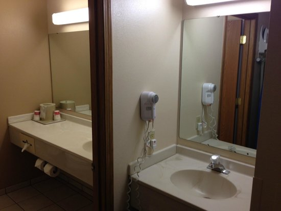 Ramada Springfield North: Bathroom