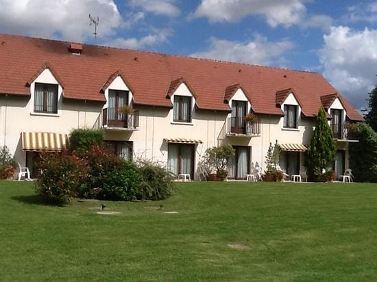 Logis Le Relais de Pouilly : Rear section of hotel with superior room exits on to lawn.