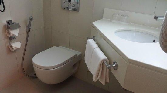 Ibis Abu Dhabi Gate: washroom
