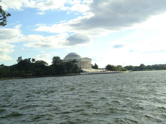 Jefferson Memorial: The majestic memorial from across the river.