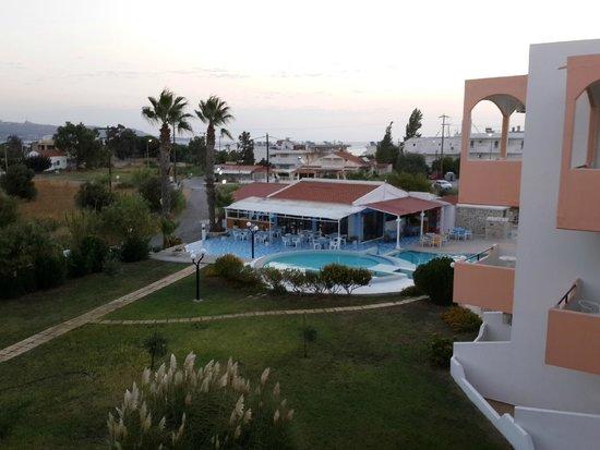 Hercules Hotel : Вид из номера на таверну у бассейна
