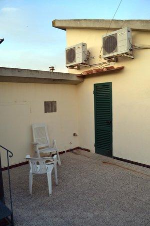 Hotel Bodoni : террасса. дверь в комнату