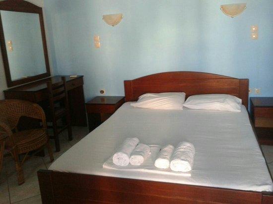 Camera da letto arredata in tipico stile cicladico. Semplice e ...