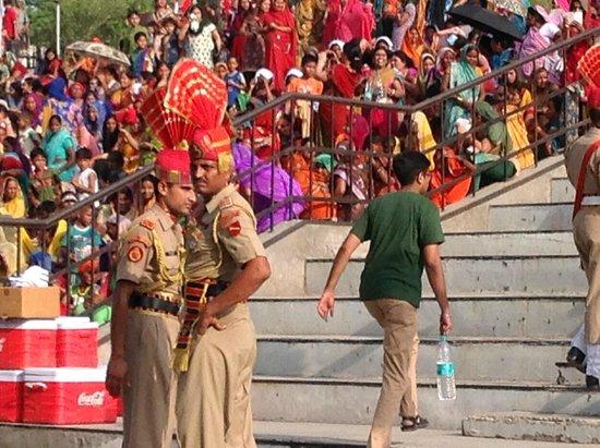 Wagah Border: Guards mit Zuschauertribüne